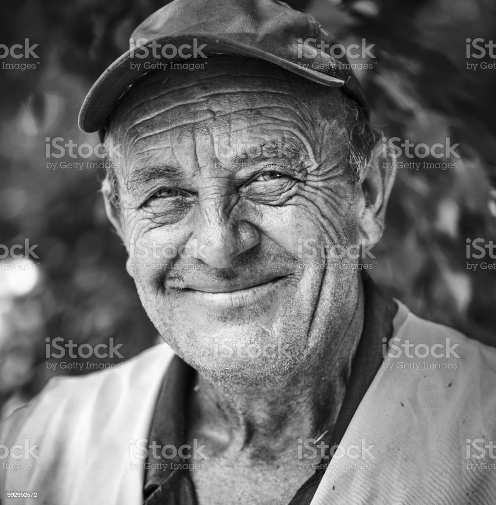 Porträt von einem älteren Mann lächelnd – Foto