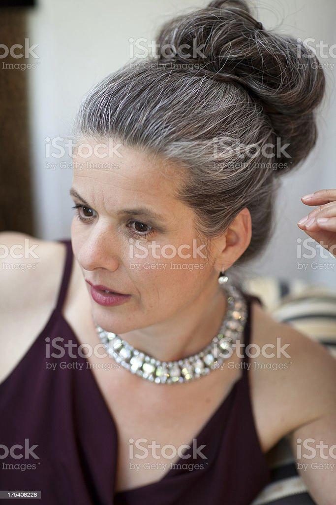 Portrat Elegante Frau Mit Silber Haar Und Schmuck Stock Fotografie