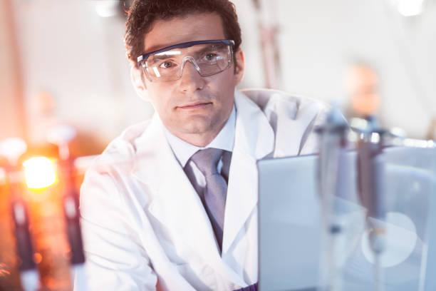 Porträt eines Ingenieurs in seinem Arbeitsumfeld. – Foto
