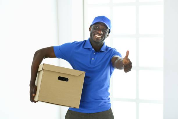 Porträt einer schönen glücklich Zusteller mit box – Foto