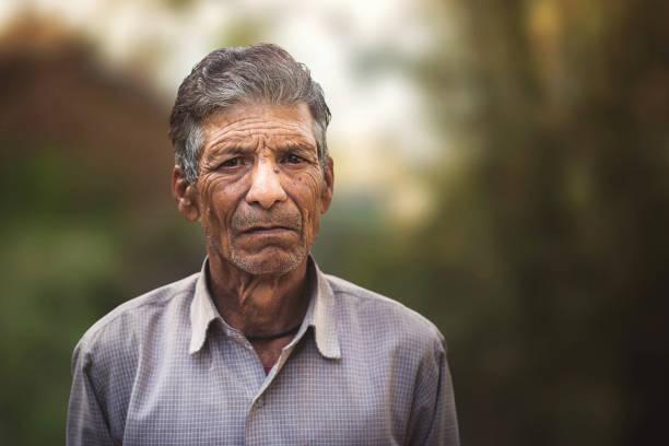 porträt eines alten indischen mannes. - indische kultur stock-fotos und bilder