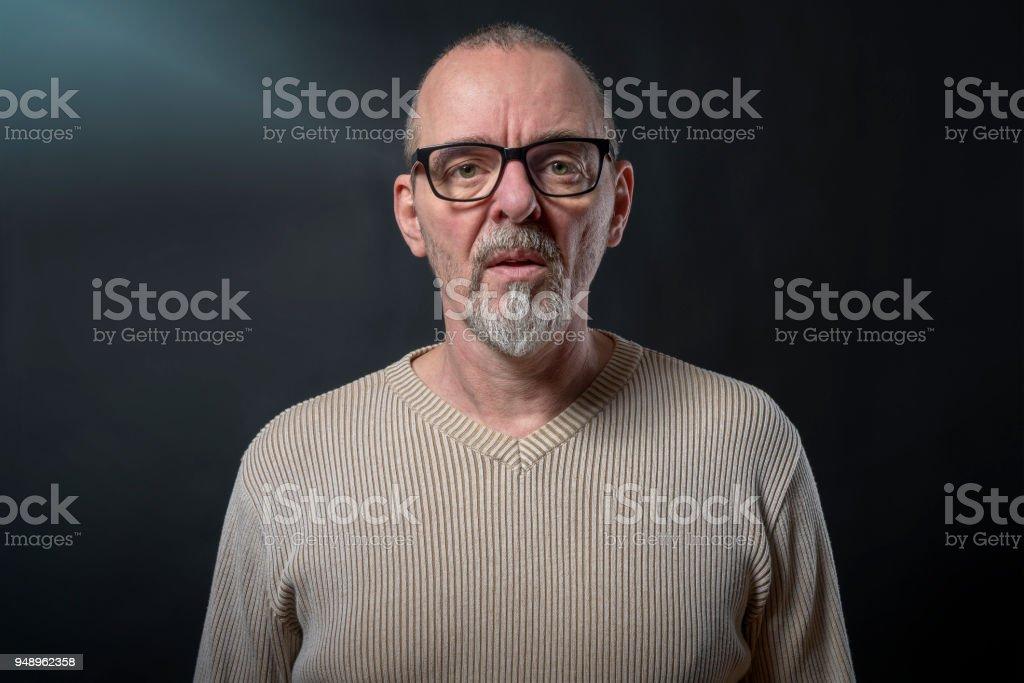 Porträt eines alten Mannes mit grauen Bart und Brille – Foto