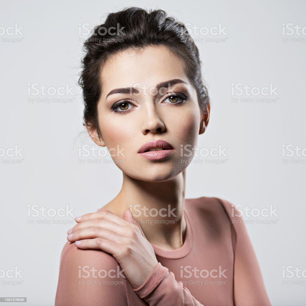 Porträt von eine junge schöne Frau mit rauchigen Augen Make-up. – Foto