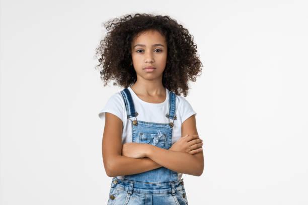 retrato de garota afro-americana pré-adolescente irritada em fundo branco - menina negra - fotografias e filmes do acervo