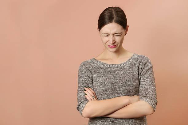 Retrato de mujer joven enojada - foto de stock