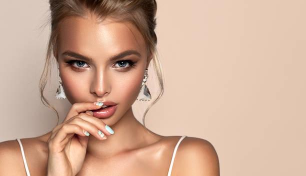 ritratto di donna accattivante dal look beautyful. trucco e cosmetico. - makeup foto e immagini stock