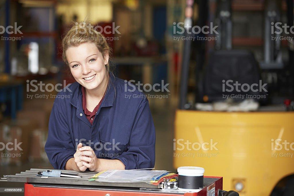 Porträt eines Auszubildenden Ingenieur In Fabrik – Foto
