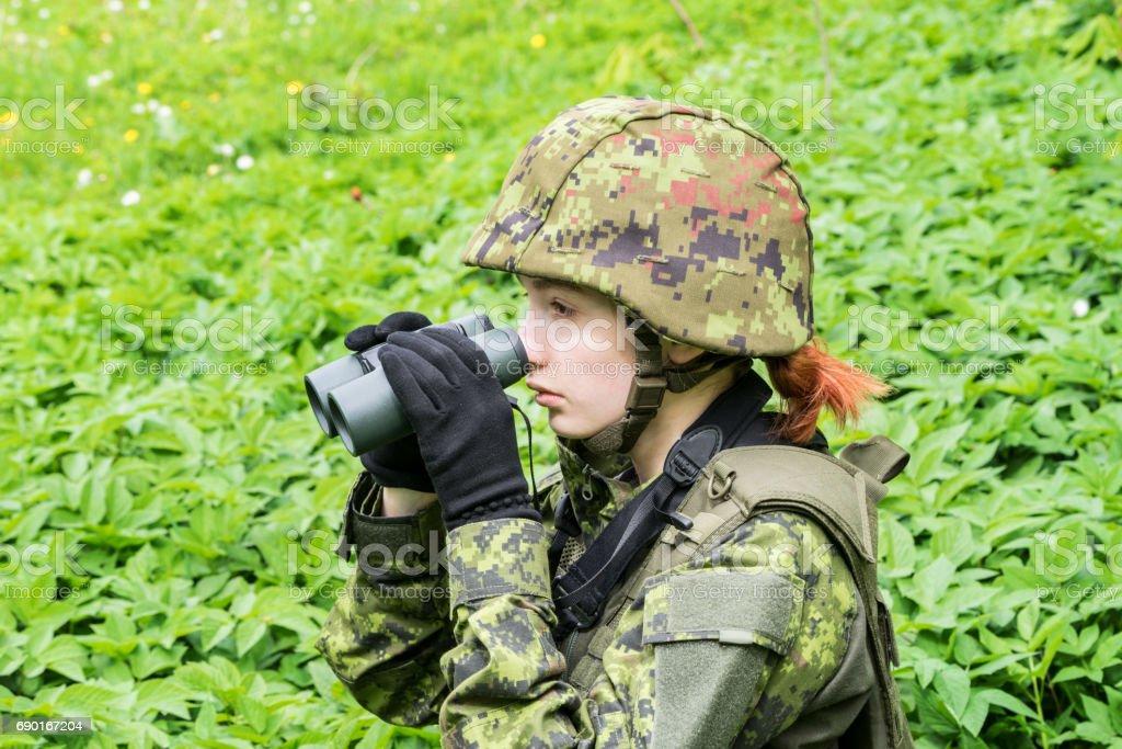Portrait von bewaffneten frau mit tarnung junge soldatin mit