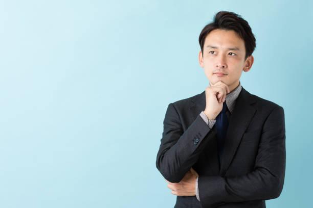 青の背景に分離したアジア系のビジネスマンの肖像画 - 男 ストックフォトと画像