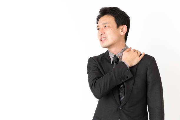 porträt von asiatischen geschäftsmann isoliert auf weißem hintergrund - schultersteife stock-fotos und bilder
