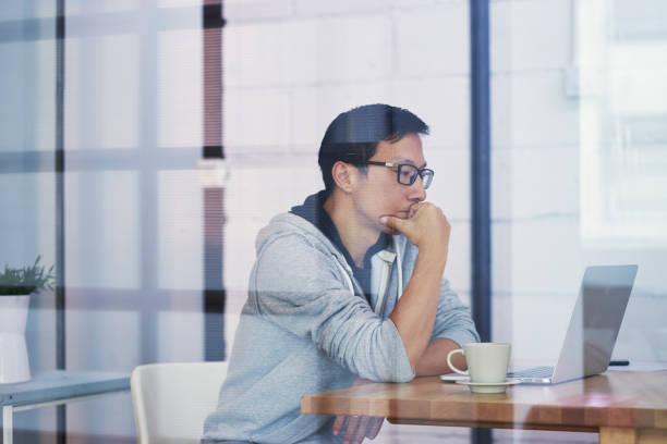 オフィスでコンピュータで作業するときに考えるアジアのビジネスマンの肖像 - パソコン 日本人 ストックフォトと画像