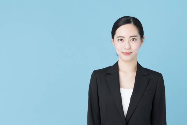 青の背景に分離されたアジアの実業家の肖像画 - 女性会社員 ストックフォトと画像