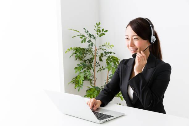 アジアのビジネスウーマンの肖像画の分離に白背景 - コールセンター ストックフォトと画像