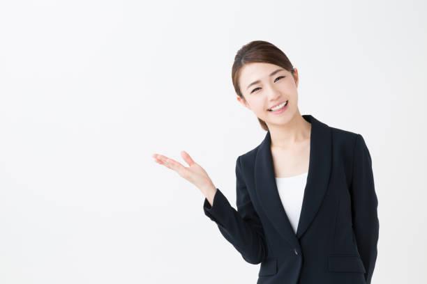 アジアのビジネスウーマンの肖像画の分離に白背景 - 指差す ストックフォトと画像