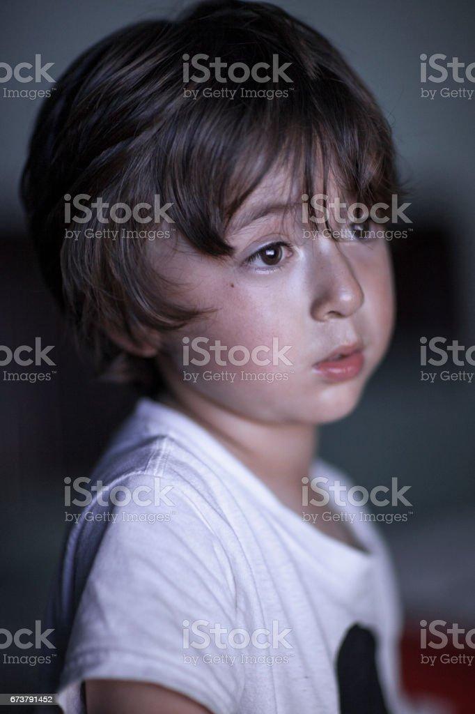 Portrait d'asiatique caucasien mixte enfant ethnique avec longs cheveux bruns et de grands yeux avec t-shirt blanc photo libre de droits