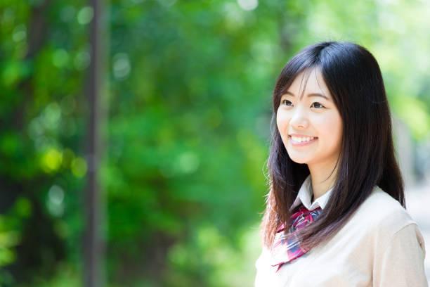 公園内のアジア学校の女の子の肖像画 - 制服 ストックフォトと画像