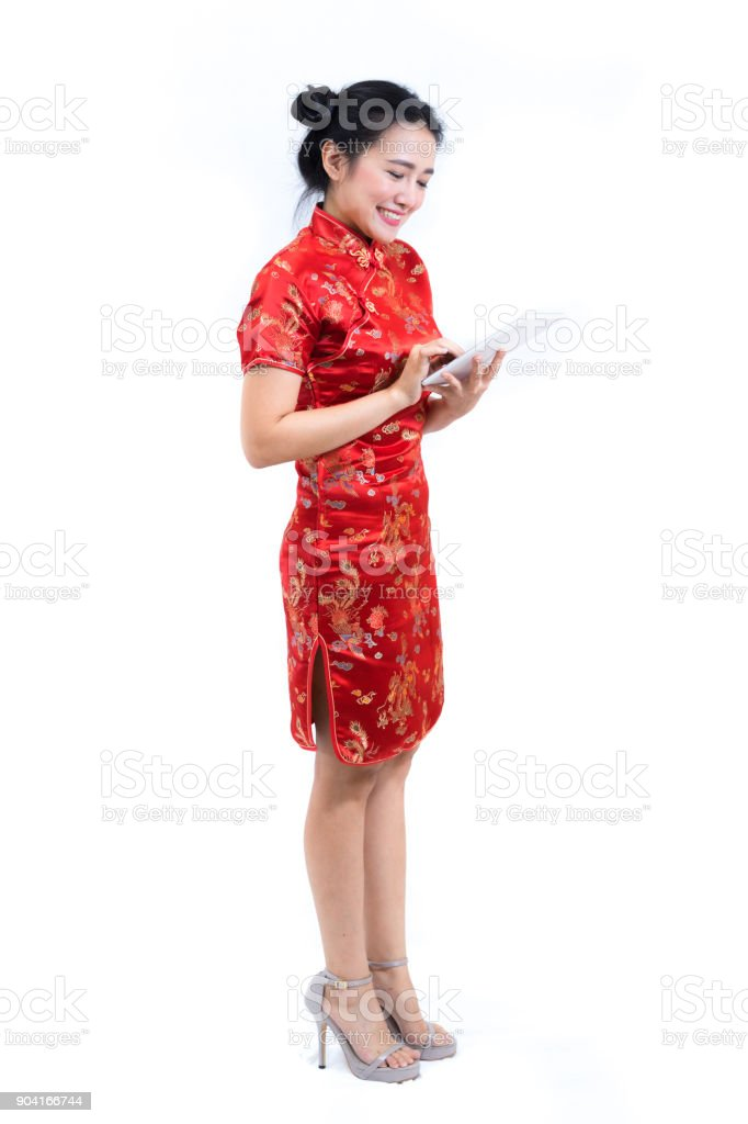 Foto De Retrato De Mulher Asiática No Tradicional Vestido Longo Chinês Cheongsam Cabelo Preto Usando O Tablet Tela Ou Aplicativo Para O Conceito De