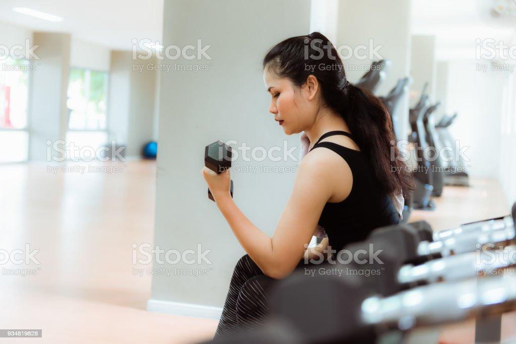 피트 니스 gym., 스포츠, 피트 니스, 건강 개념에에서 아령을 들고 하는 아시아 여자의 초상화 - 로열티 프리 가냘픈 스톡 사진