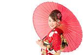 振袖 isolatedd を身に着けている白い背景のアジアの女性の肖像画