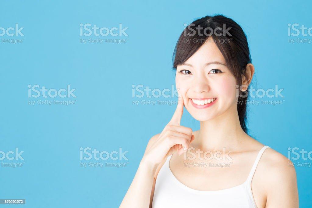 青の背景に分離された魅力的なアジア女性美容イメージの肖像画 ロイヤリティフリーストックフォト