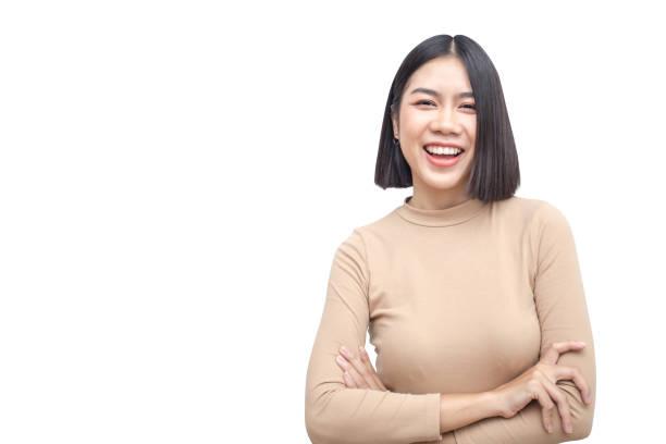 Porträt von attraktiven Asiatin lächelnd auf weißem Hintergrund. – Foto