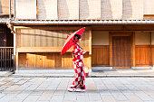 赤い着物を着て魅力的なアジアの女性の肖像画