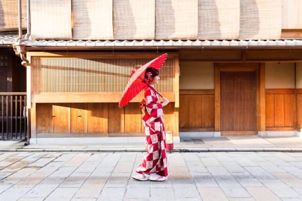 retrato de mujer asiática atractiva usando kimono rojo - kyoto fotografías e imágenes de stock