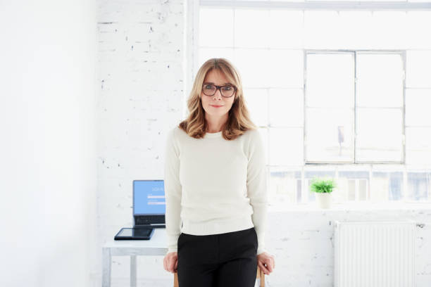 Porträt attraktiver Geschäftsfrau im Büro – Foto