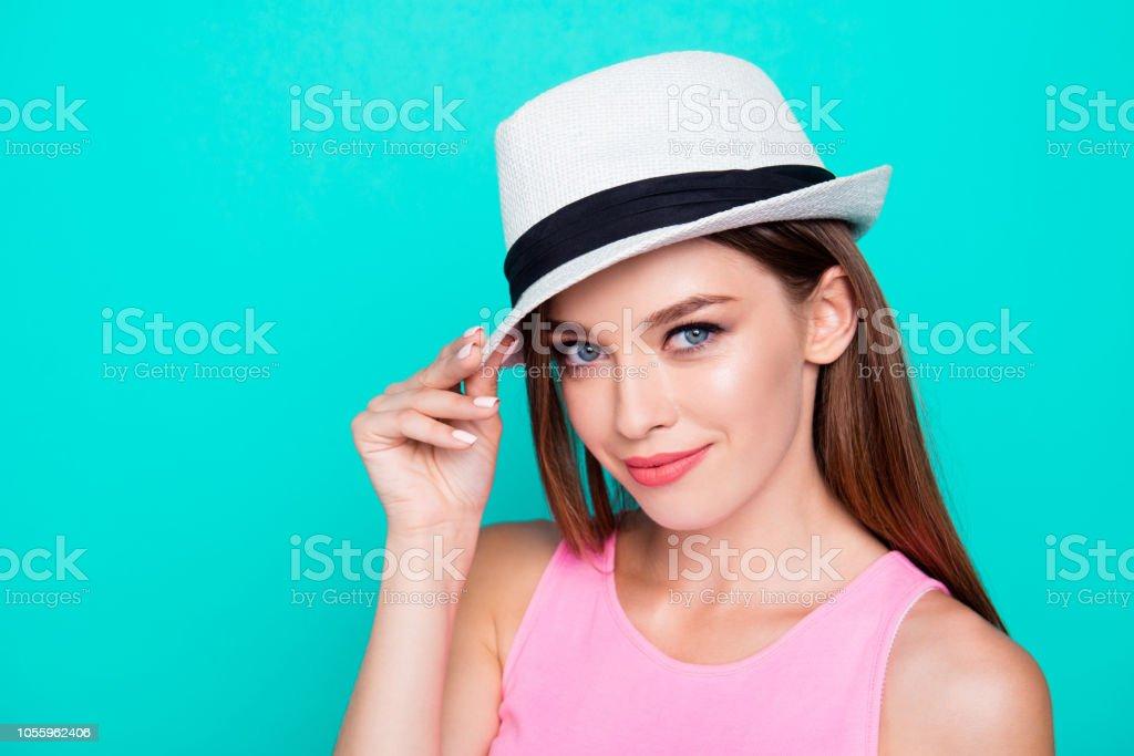 dadc082048ede Portrait d attrayante magnifique jeune jeune fille souriante portant  bloquent