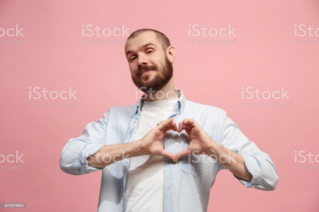 Porträt von attraktiver Mann mit Kuss über rosa Hintergrund isoliert – Foto