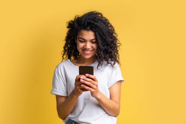有吸引力的年輕非洲裔美國女孩使用手機的肖像 - 少女 個照片及圖片檔