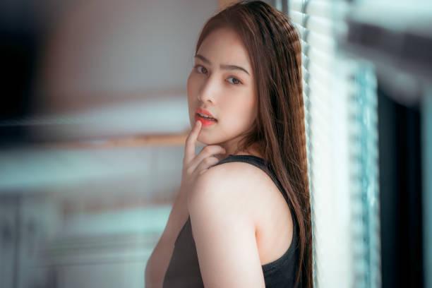 Un retrato de atractiva joven asiática sana con sonrisas - foto de stock