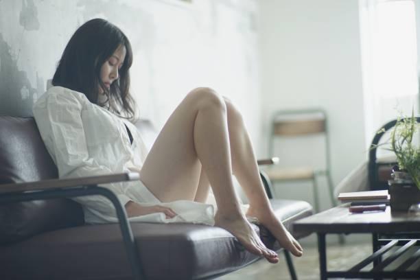 魅力的な若い女性の肖像 - 悩む ストックフォトと画像