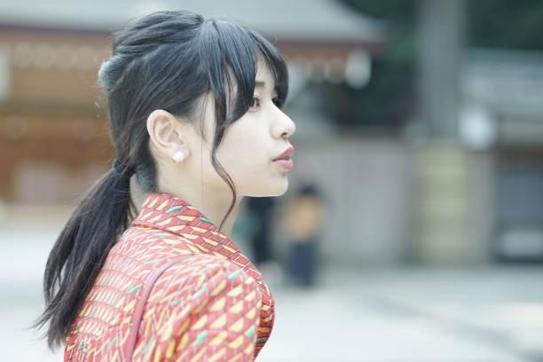 魅力的な若い女性の肖像 - 女性 横顔 日本人 ストックフォトと画像