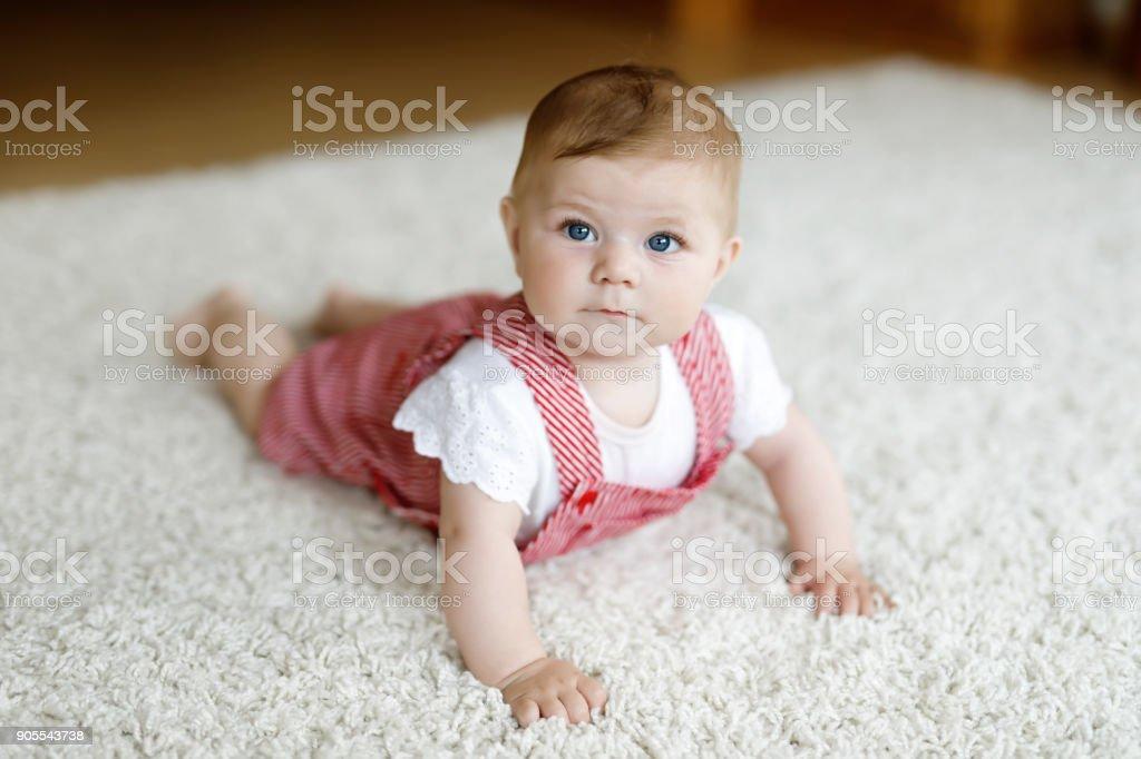 Porträt von Babymädchen in weißen sonnigen Schlafzimmer. Neugeborenes Kind Krabbeln zu lernen. – Foto