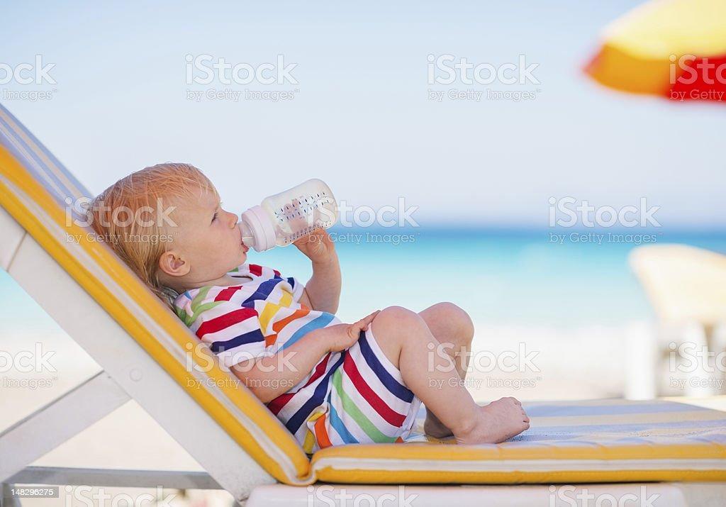 Retrato de bebé en la cama solar de agua potable - Foto de stock de Agua libre de derechos