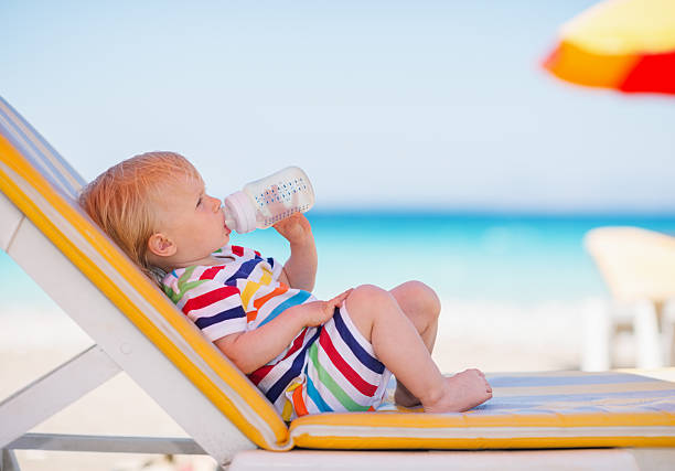 Porträt von baby auf der Sonnenliege Trinkwasser – Foto