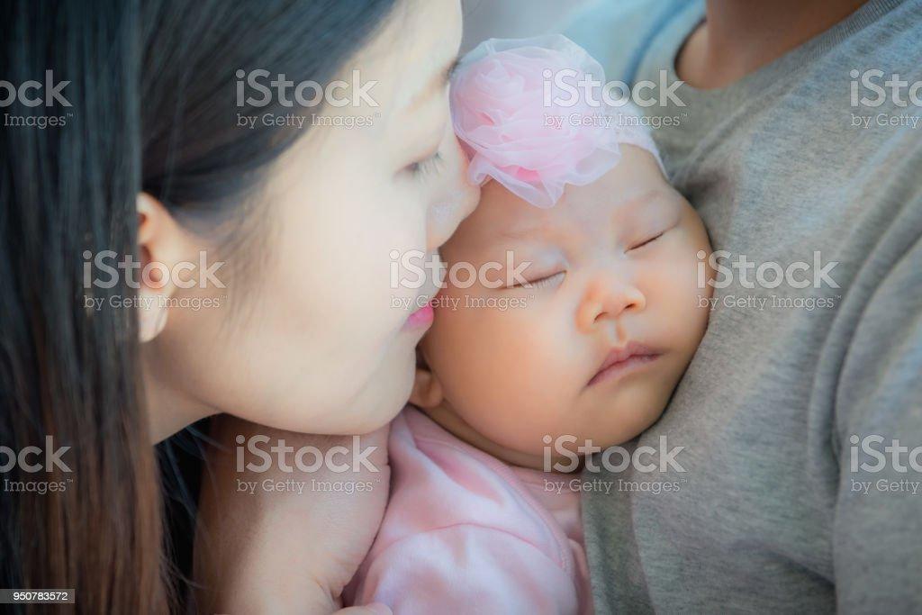 Porträt Von Baby Schläft An Des Vaters Brust Mit Mutter Küssen Ihre