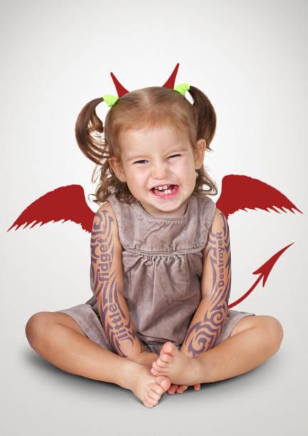 porträt von böses kind mit tatoo und teufel hörner, ungehorsamen baby konzept - lustige babybilder stock-fotos und bilder