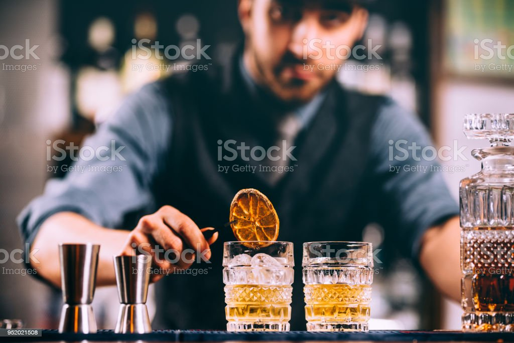 Retrato de barman agregando ingredientes y crear cócteles bebidas en barra de bar - foto de stock