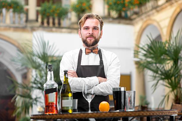 Retrato de barman no restaurante - foto de acervo