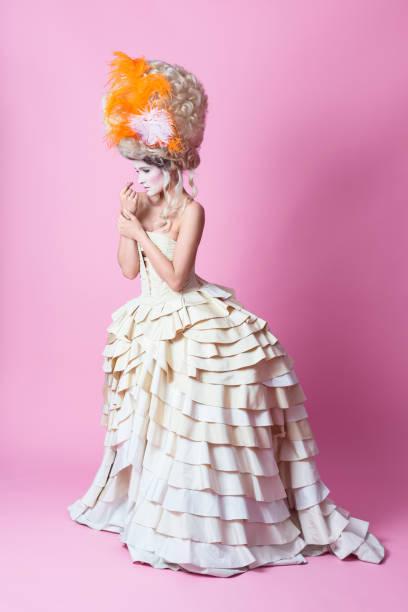 porträt des barock frau mit perücke und kleid, rosa backgroud - prinzessinnenstil stock-fotos und bilder