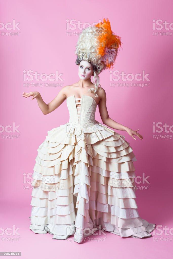 Porträt des Barock Frau trägt rosa Perücke backgroud – Foto