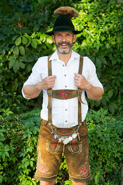 porträt eines bayerischen mann in lederhose-trachtenmode - bayerische tracht stock-fotos und bilder