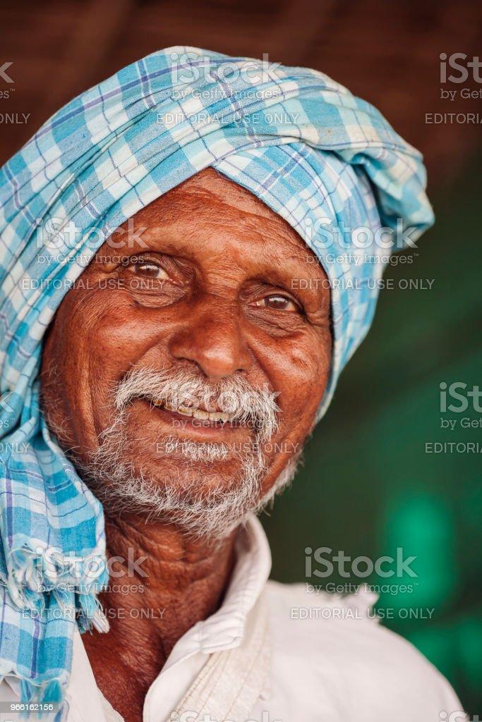 Porträtt av stranden nötter säljaren - Royaltyfri Aktiva pensionärer Bildbanksbilder