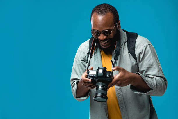 Porträt des Bartes afroamerikanischen professionellen Fotografen personal mit Brille im Studio. – Foto