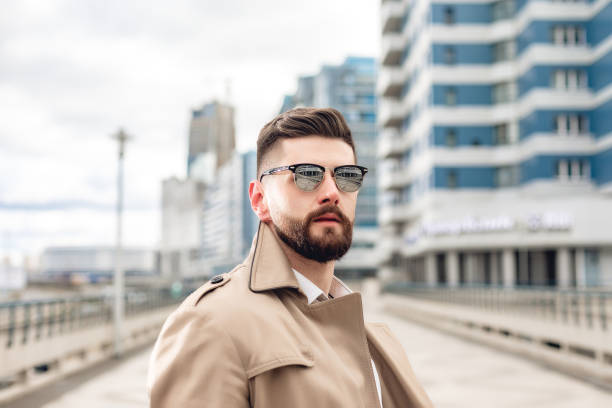 Porträt eines bärtigen stilvollen Mannes in beige Jacke und weißem Hemd in der Stadt. Geschäftskonzept. Schöne Mode Mensch auf der Straße – Foto