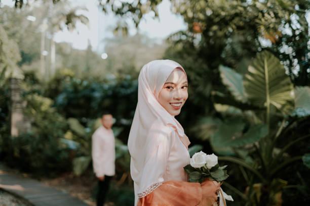 portrait de belles asiatiques musulmanes - mariage musulman photos et images de collection
