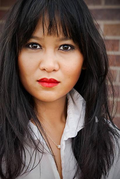 Retrato de una hermosa mujer asiática - foto de stock