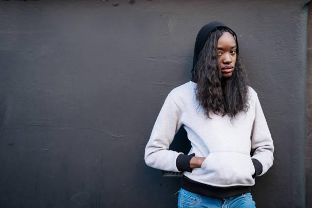 retrato de mulher negra linda de jeans e jumper - standing out from the crowd (expressão inglesa) - fotografias e filmes do acervo
